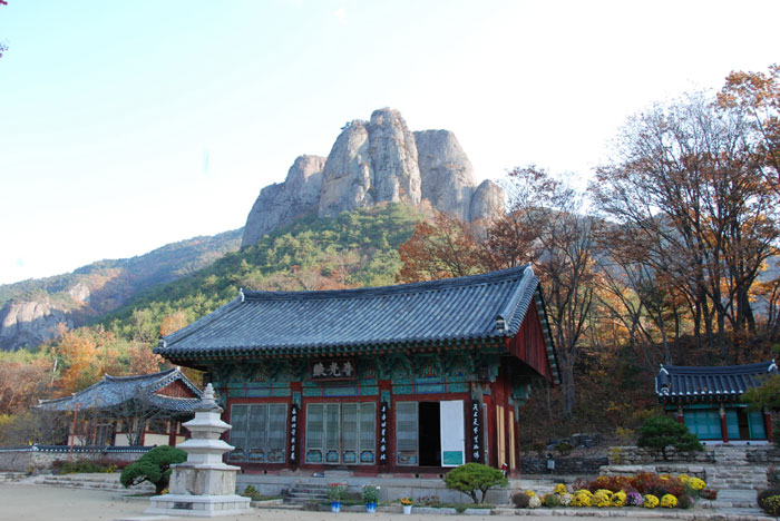 Daejeonsa Temple is located on the slopes of Juwangsan Mountain in Cheongsong-gun County, Gyeongsangbuk-do (North Gyeongsang Province). The walking trail along the Juwang Valley begins at this temple. (photo courtesy of the Korean Trails Culture Foundation)