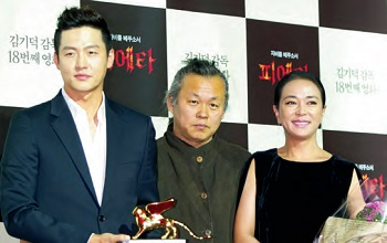 <b>Kim Ki-duk, Film Director</b> Flanked by Lee Jung-jin and Jo Min-su (right) who acted in his film, Kim became the first Korean film director to win the Golden Lion at the 69th Venice International Film Festival with Pietà.