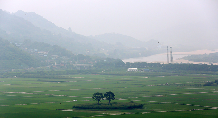 A view of river and field from the House of Choe Champan. The two trees in the middle of the field appear very close to each other like a couple, and are called Couple Pine Trees. (photo: Jeon Han)