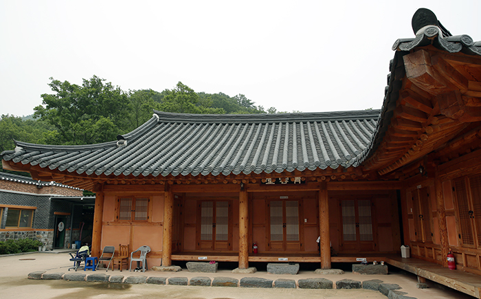 Pictured is where visitors can sleep and rest during the temple stay program. (photo: Jeon Han)