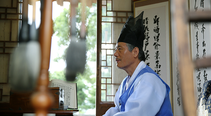 Jeong Sang-wuk, working as Honorary Champan, explains the history of the house and the region. (photo: Jeon Han)